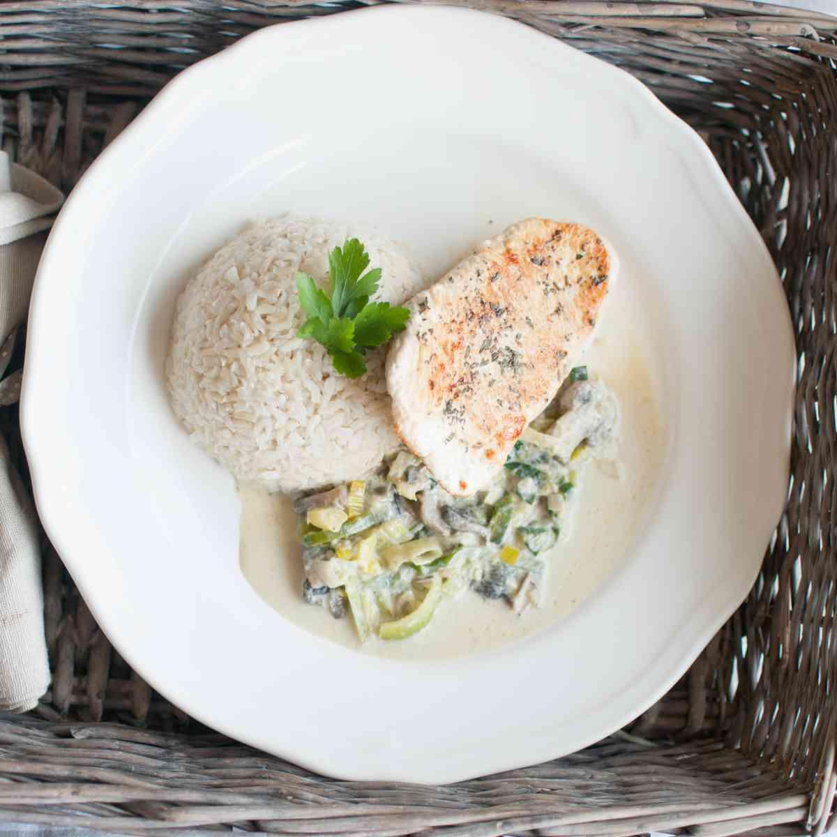 Krůtí steak s žampionovo-pórkovým ragú, celozrnná rýže s bylinkami