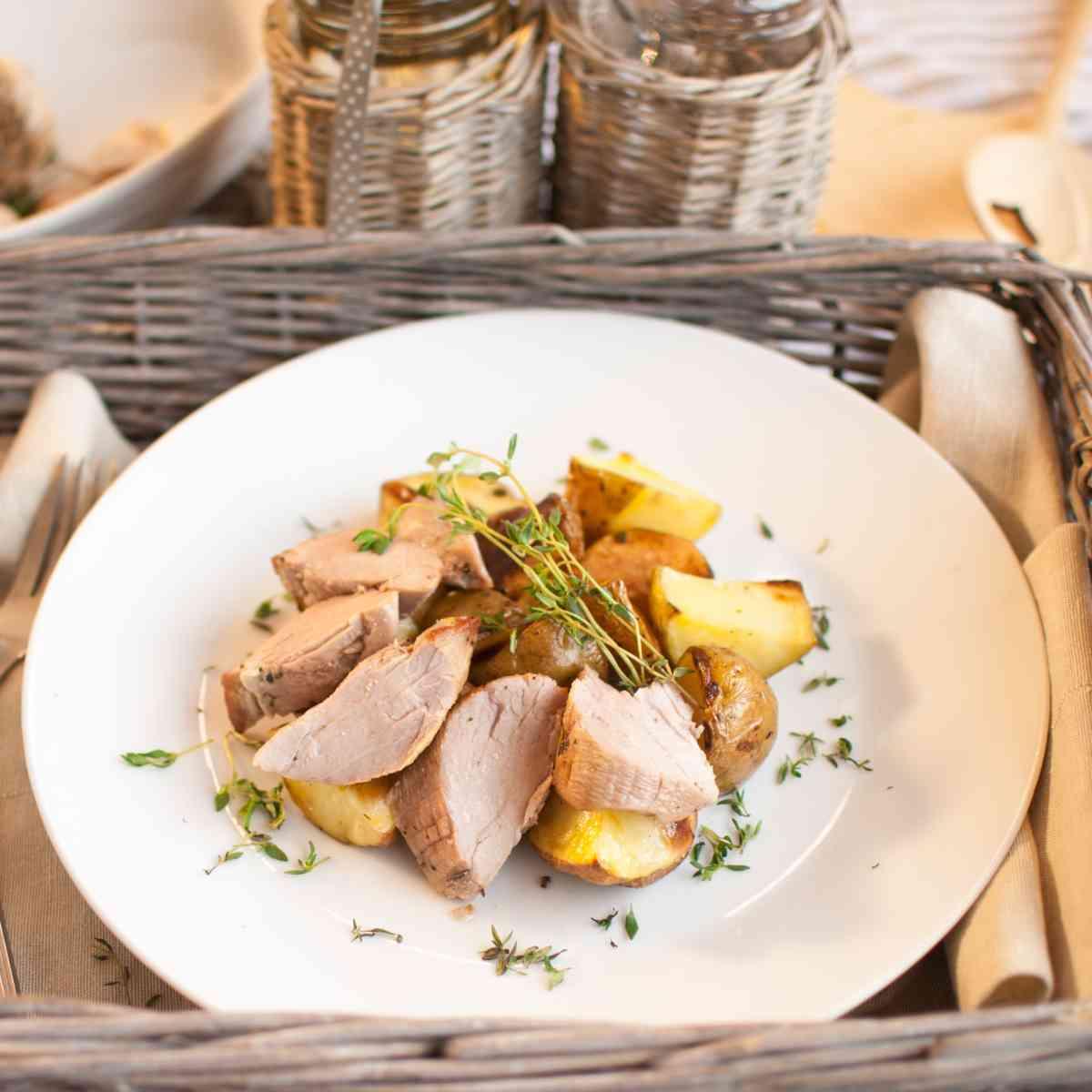 Vepřová panenka s pečeným bramborem, jarní salát s ředkvičkou, kedlubnou a čočkovými klíčky