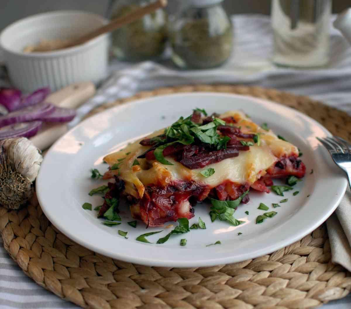 Zapečené brambory s červenou řepou, šopský salát