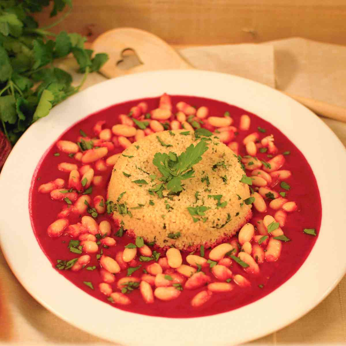 Omáčka z červené řepy a mrkve, velká bílá fazole, polenta, pickles