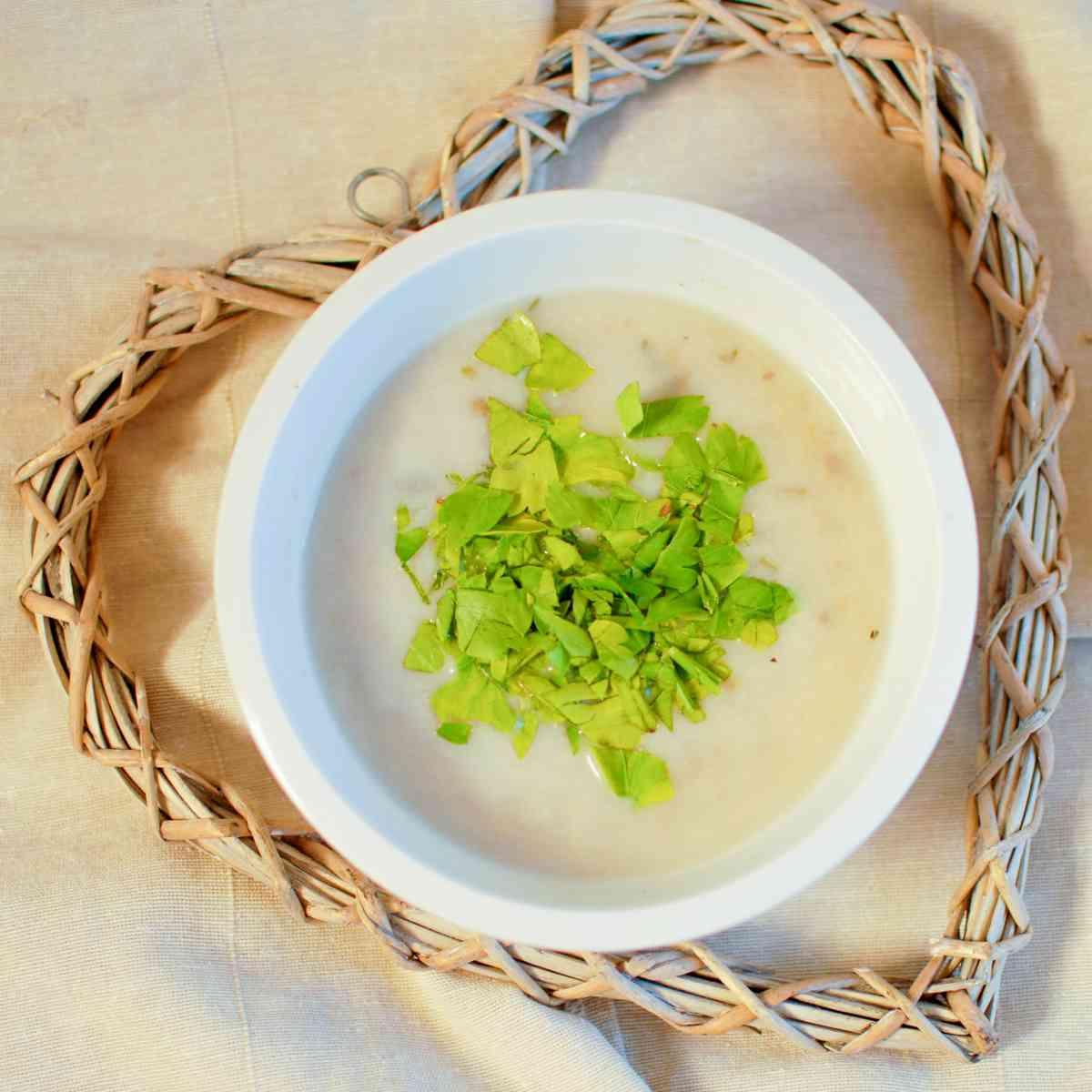 Lehká kedlubnová polévka  s pažitkou