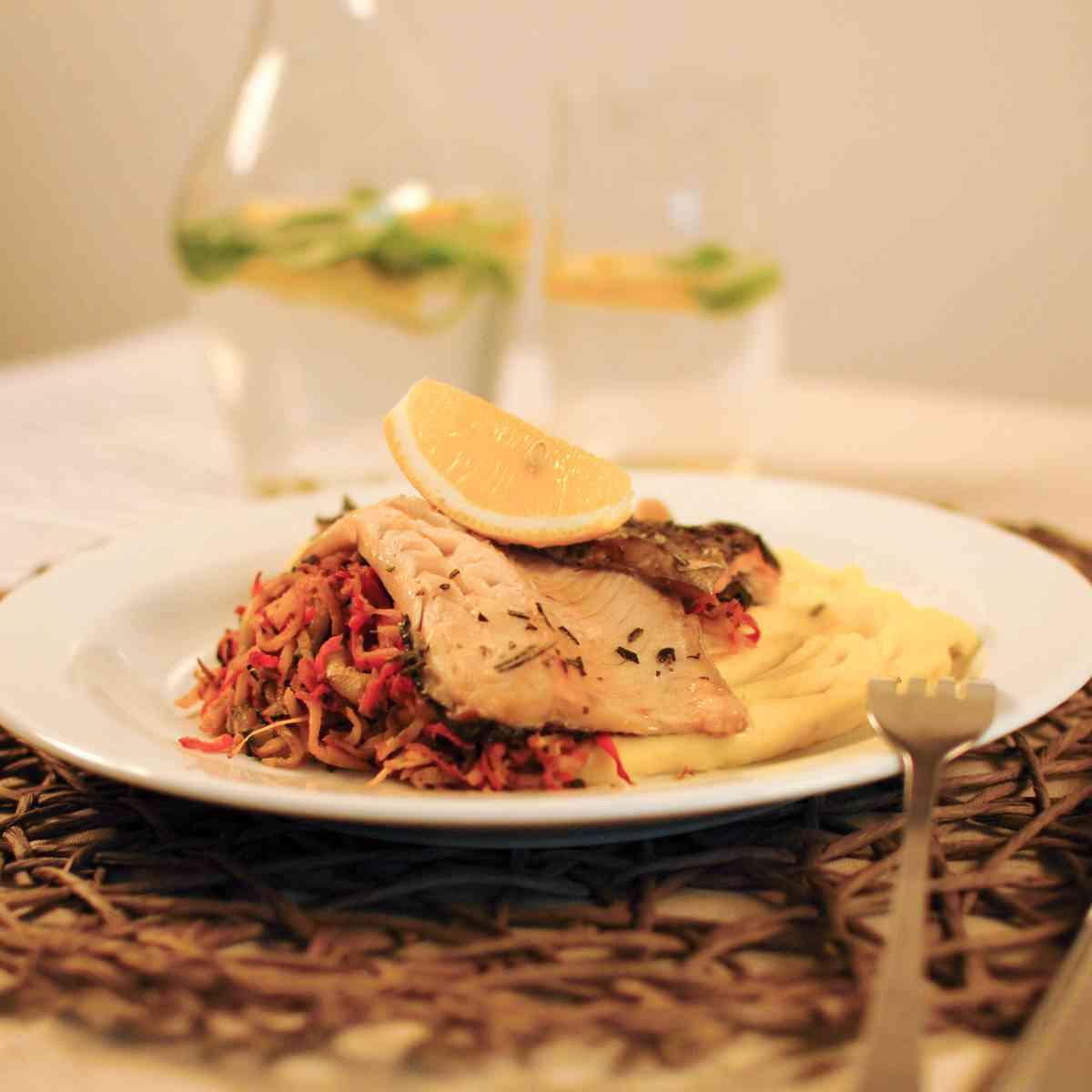 Grilovaná makrela, restovaná středomořská zelenina