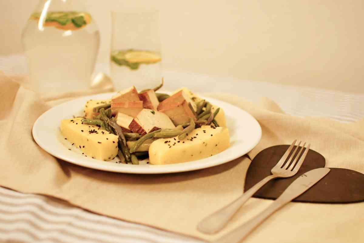 Restované zelené fazolky s uzeným tofu, polentou a bylinkami, pickles
