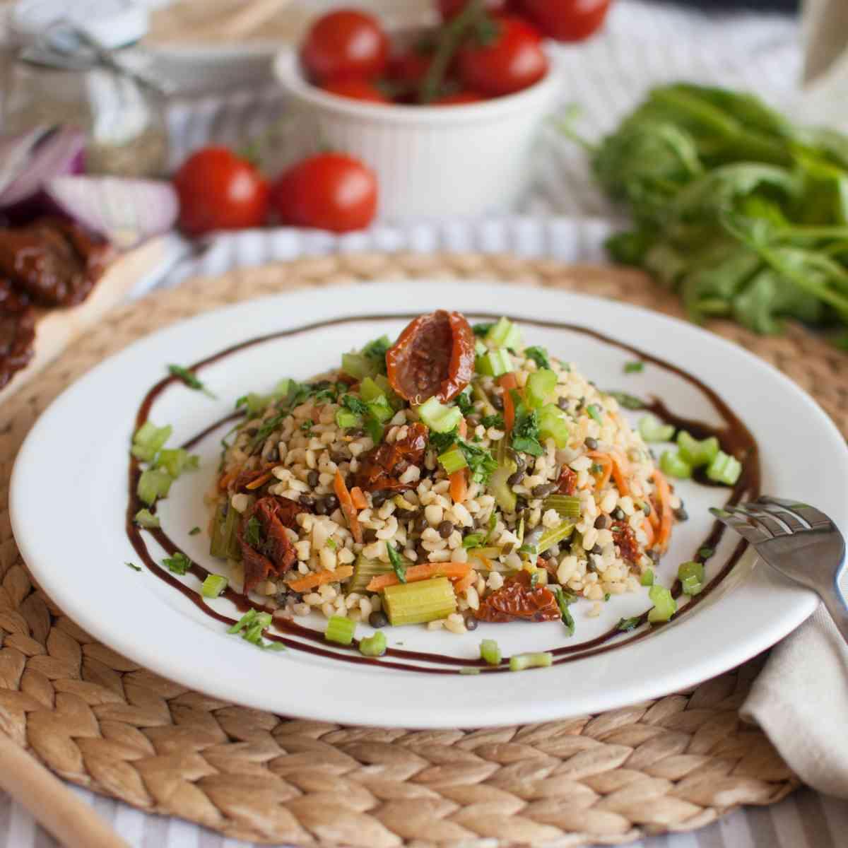 Bulgurové rizoto se sušenými rajčátky, tempehem a zeleninou, jarní salátek