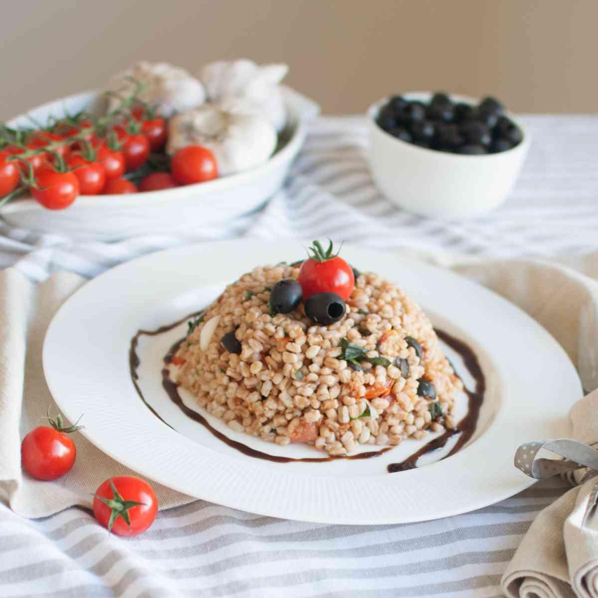 Balsamicové špaldoto s tomaty, olivami a bazalkou, mozzarella