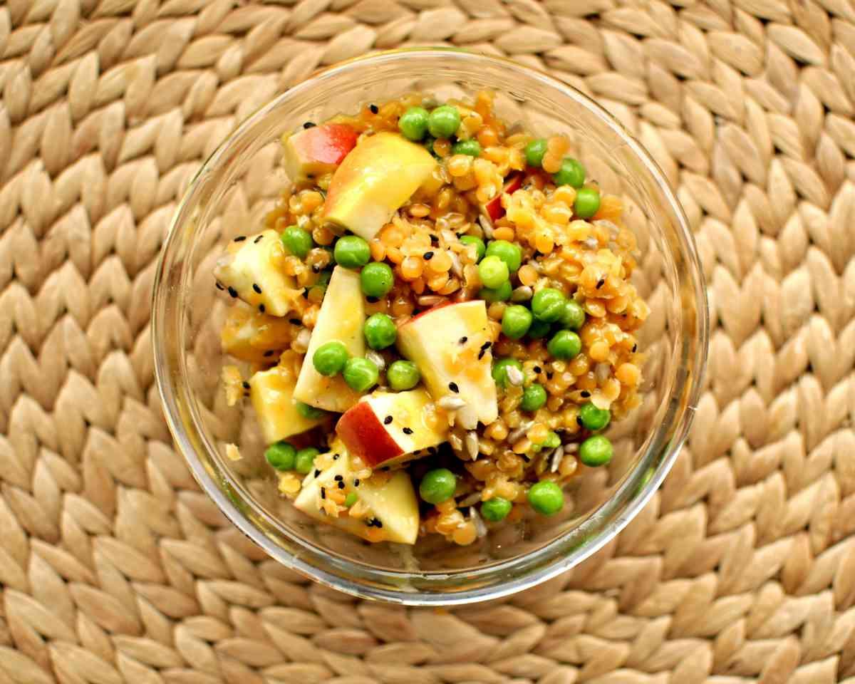 Salátek s červenou čočkou, hráškem, černým sezamem a semínky, zálivka