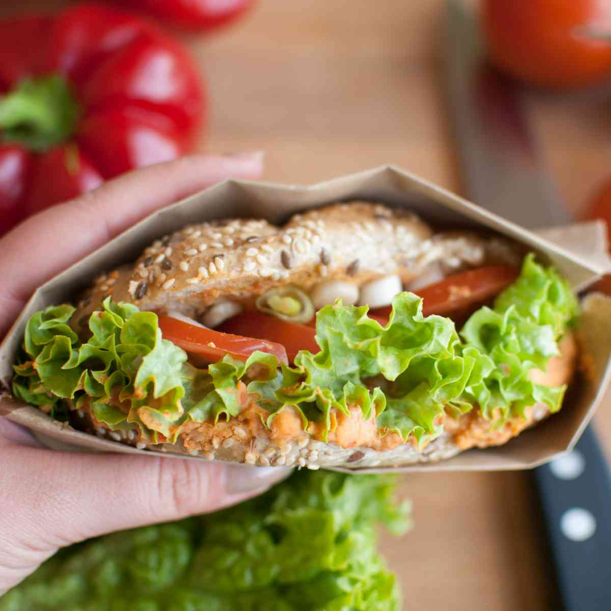 Sendvič s hummusem z pečených paprik, marinovaným portobellem a rukolou